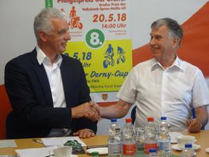 Frank Baer und Gerd Suschowk besiegeln per Handschlag den Vertrag